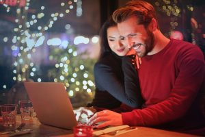couple-online-holiday-shopping